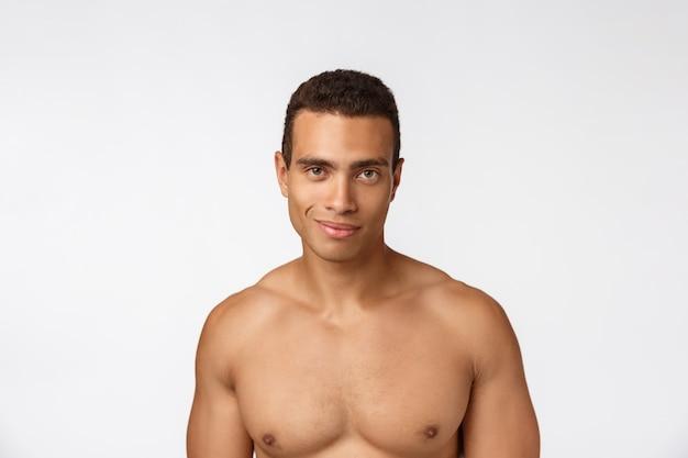 Portret van een gespierde afro-amerikaanse man zonder shirt. geïsoleerd Premium Foto