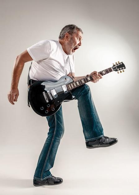 Portret van een gitarist Gratis Foto