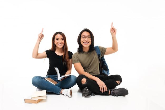 Portret van een glimlachend vrolijk aziatisch studentenpaar Gratis Foto