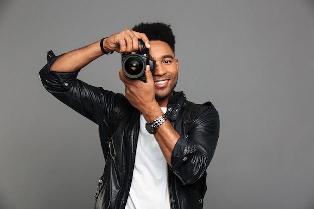 Portret van een glimlachende afro-amerikaanse kerel in leerjasje Gratis Foto