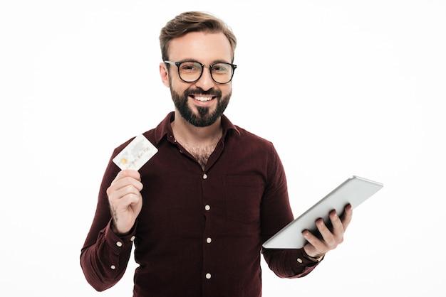Portret van een glimlachende gelukkige de tabletcomputer van de mensenholding. online winkelen Gratis Foto