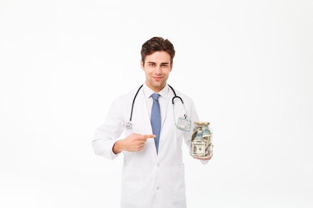 Portret van een glimlachende gelukkige mannelijke arts Gratis Foto