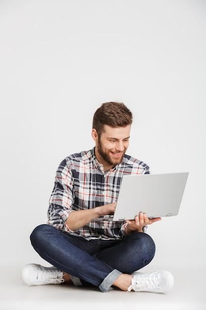 Portret van een glimlachende jonge man in geruite overhemd Premium Foto