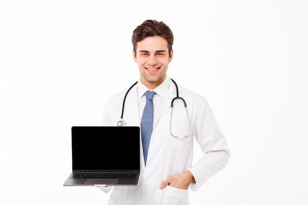Portret van een glimlachende jonge mannelijke arts met stethoscoop Gratis Foto