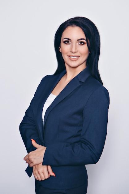 Portret van een glimlachende knappe vrouw in een pak Premium Foto