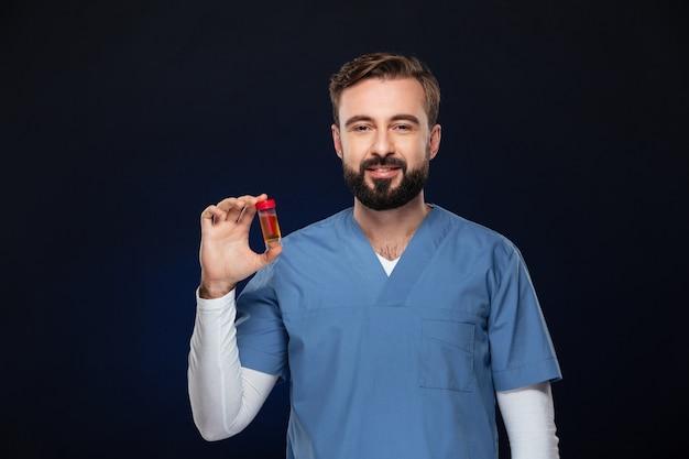 Portret van een glimlachende mannelijke arts gekleed in eenvormig Gratis Foto