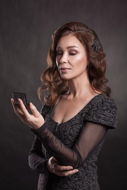 Portret van een glimlachende mooie senior vrouw met donker haar Premium Foto