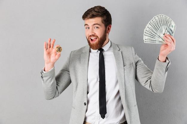 Portret van een glimlachende zakenman die bitcoin tonen Gratis Foto