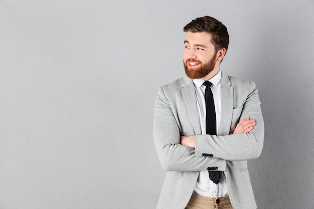 Portret van een glimlachende zakenman gekleed in pak Gratis Foto