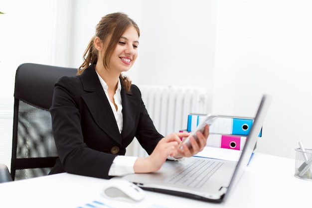 Portret van een glimlachende zakenvrouw in haar kantoor Premium Foto