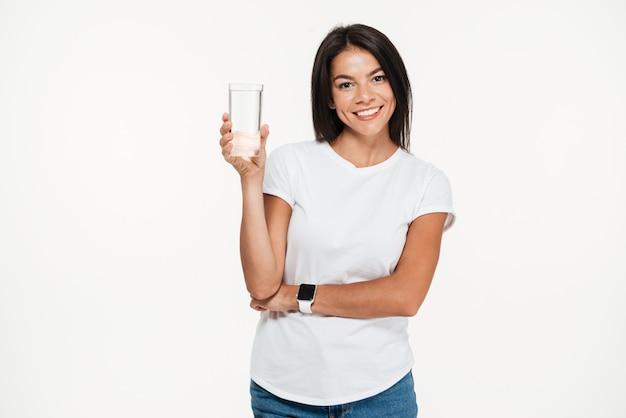 Portret van een het glimlachen gezond glas van de vrouwenholding met water Gratis Foto
