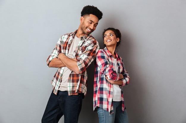 Portret van een houdend van jong afrikaans paar die zich verenigen Gratis Foto