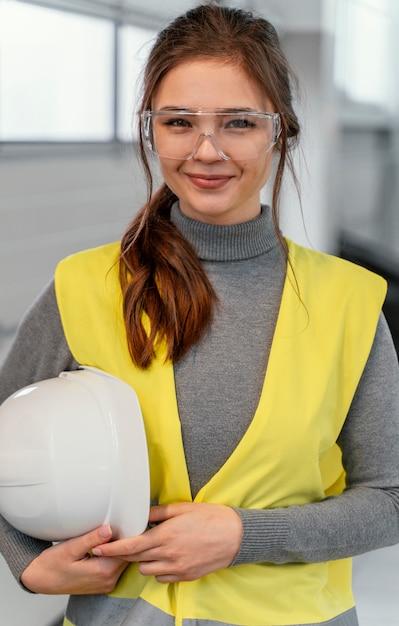 Portret van een ingenieur van de smileyvrouw Gratis Foto