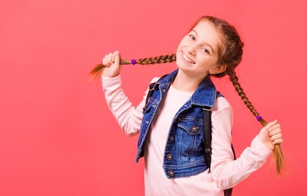 Portret van een jong meisje met twee vlechten Premium Foto