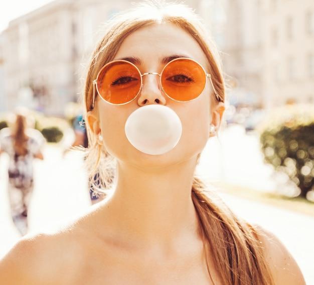 Portret van een jong mooi glimlachend hipster meisje Gratis Foto