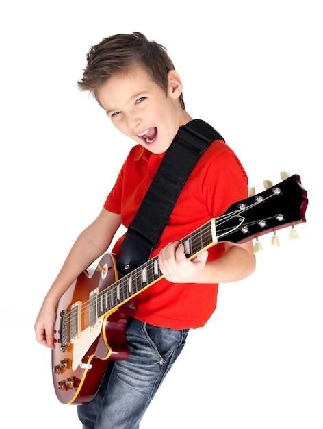 Portret van een jonge jongen met een elektrische gitaar op wit wordt geïsoleerd Gratis Foto