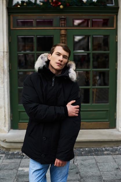 Portret van een jonge knappe jongen in de winter in de straat Premium Foto