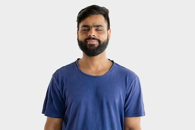 Portret van een jonge man geïsoleerd op een witte muur Gratis Foto