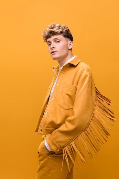 Portret van een jonge man in een gele scène Gratis Foto
