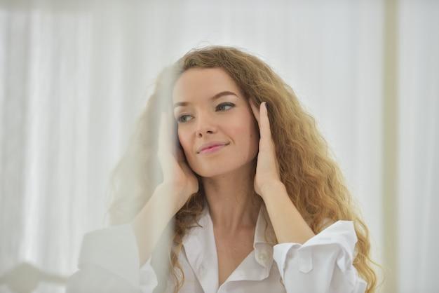 Portret van een jonge sexy mooie en gelukkige vrouw. Premium Foto
