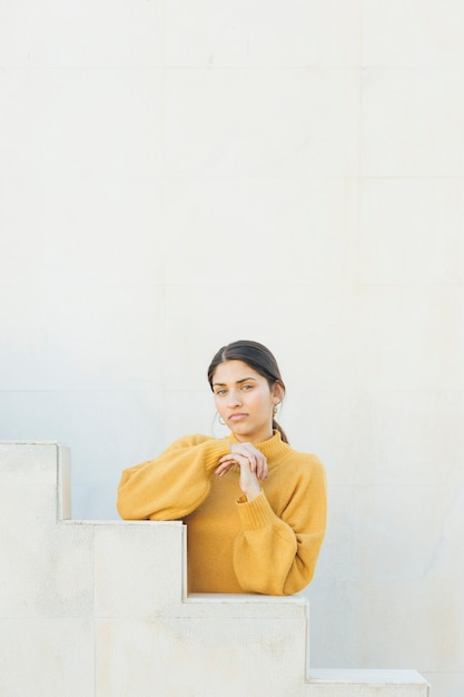 Portret van een jonge vrouw die camera bekijkt Gratis Foto