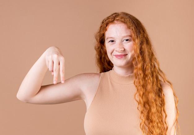 Portret van een jonge vrouw die gebarentaal onderwijst Gratis Foto
