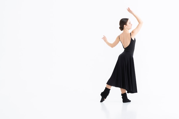 Portret van een jonge vrouw die met elegantie danst Gratis Foto