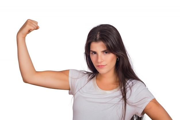 Portret van een jonge vrouw die sterk gebaar doet. Gratis Foto