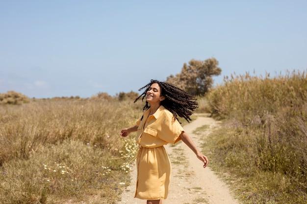 Portret van een jonge vrouw in de natuur Gratis Foto