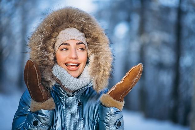 Portret van een jonge vrouw in winter jas Gratis Foto