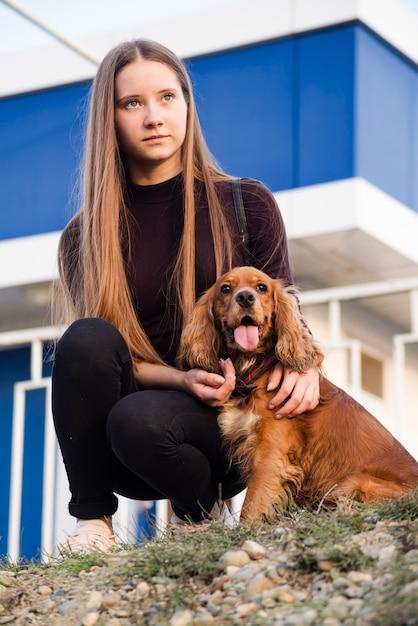 Portret van een jonge vrouw met haar hond Gratis Foto