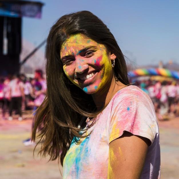 Portret van een jonge vrouw met holipoeder Gratis Foto