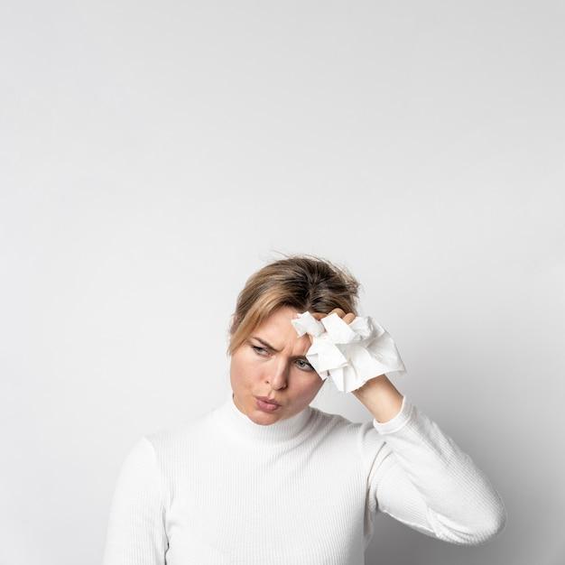 Portret van een jonge vrouw met hoofdpijn Gratis Foto