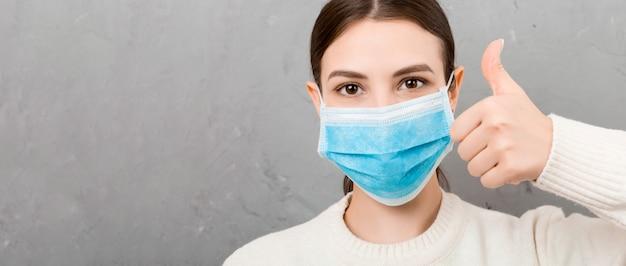 Portret van een jonge vrouw met medische masker. persoon is blij omdat ze eindelijk gezond is. bescherm je gezondheid. coronavirus concept Premium Foto