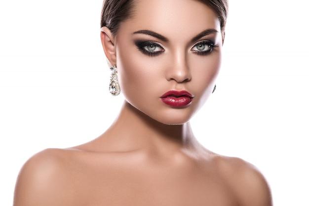 Portret van een jonge vrouw met mooie oorbellen Premium Foto