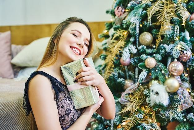 Portret van een jonge vrouw tijdens de voorbereidingen voor kerstmis thuis Premium Foto