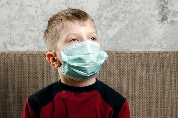 Portret van een jongen, een kind in een medisch masker Premium Foto