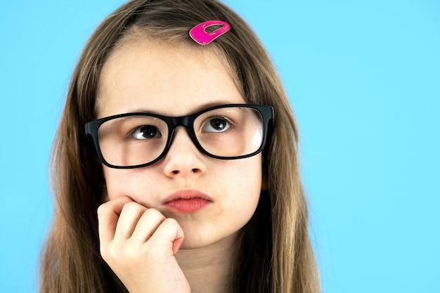 Portret van een kind schoolmeisje close-up kijken bril Premium Foto