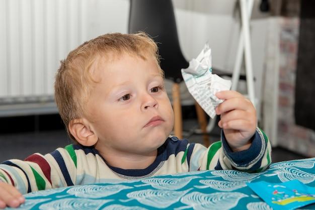 Portret van een kind van twee jaar oud Premium Foto