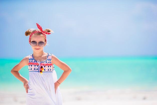 Portret van een klein meisje op het strand Premium Foto