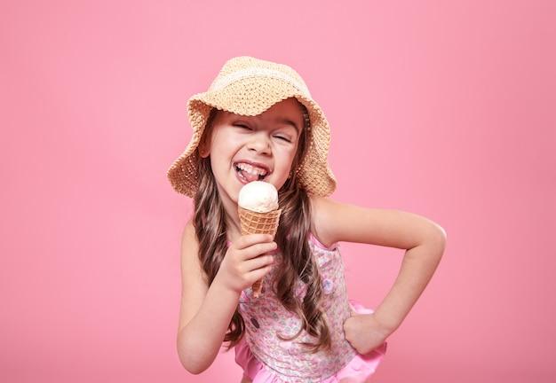 Portret van een klein vrolijk meisje met ijs op een gekleurde achtergrond Gratis Foto