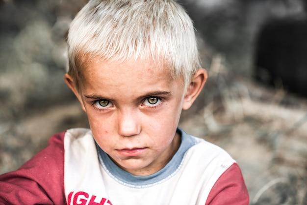 Portret van een kleine dakloze jongen Gratis Foto