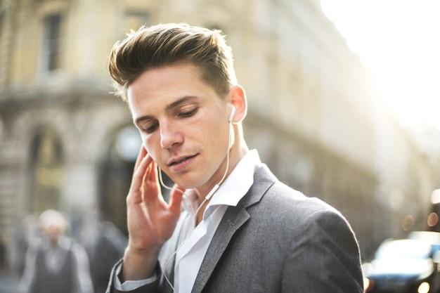 Portret van een knappe succesvolle man, wandelen in de straat Premium Foto