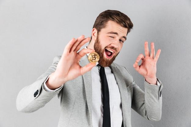 Portret van een knappe zakenman gekleed in pak Gratis Foto