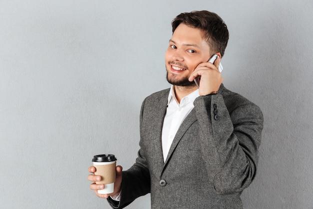 Portret van een knappe zakenman praten Gratis Foto