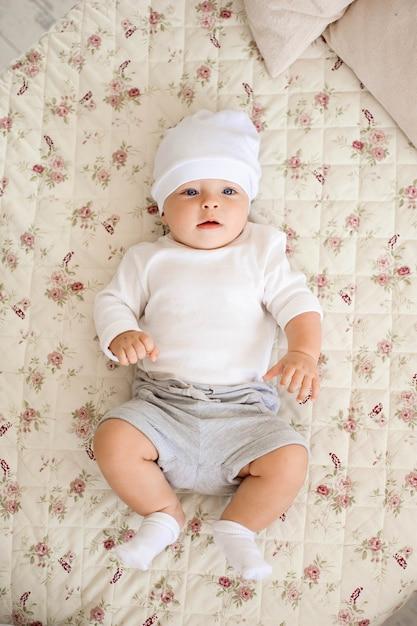 Portret van een kruipende baby op het bed in haar kamer Premium Foto