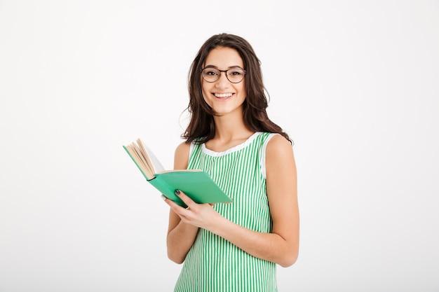 Portret van een lachend meisje in jurk en bril Gratis Foto