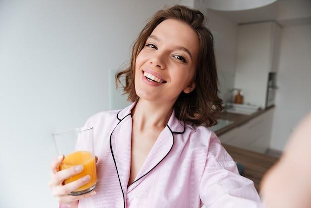 Portret van een lachende mooi meisje in pyjama Gratis Foto