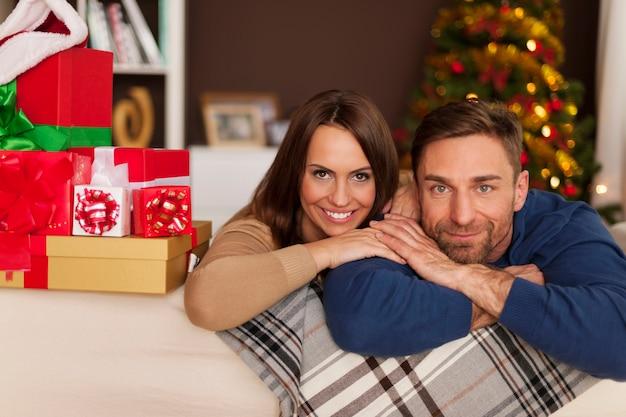 Portret van een liefdevol paar in kerstmistijd Gratis Foto