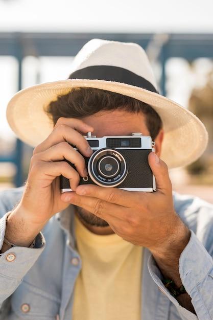 Portret van een man die foto's maakt met een camera Gratis Foto